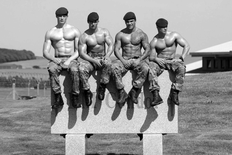 Голый военный